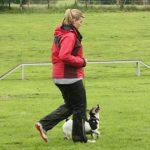 Mädchen läuft mit Hund