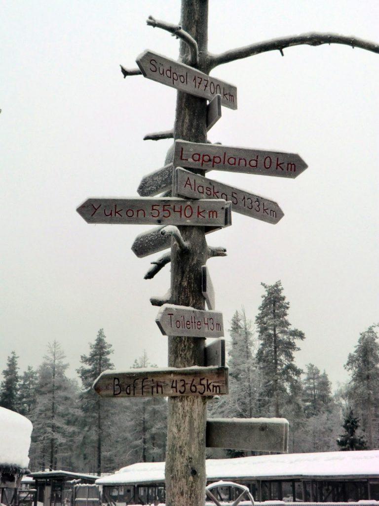 Verschneiter Wegweiser in Finnland