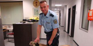 bundespolizist-mit-entlaufenem-hund-reis