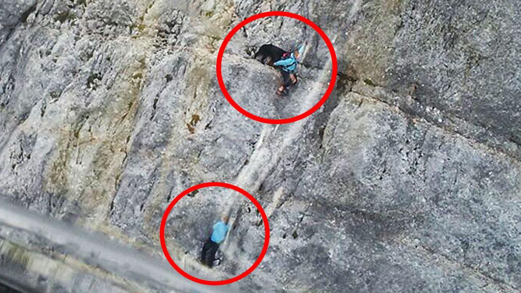 Kletterausrüstung Für Hunde : Bergsteigerinnen und hund aus steiler bergwand mit hubschrauber