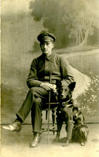 Erblindeter Soldat mit Blindenführhund
