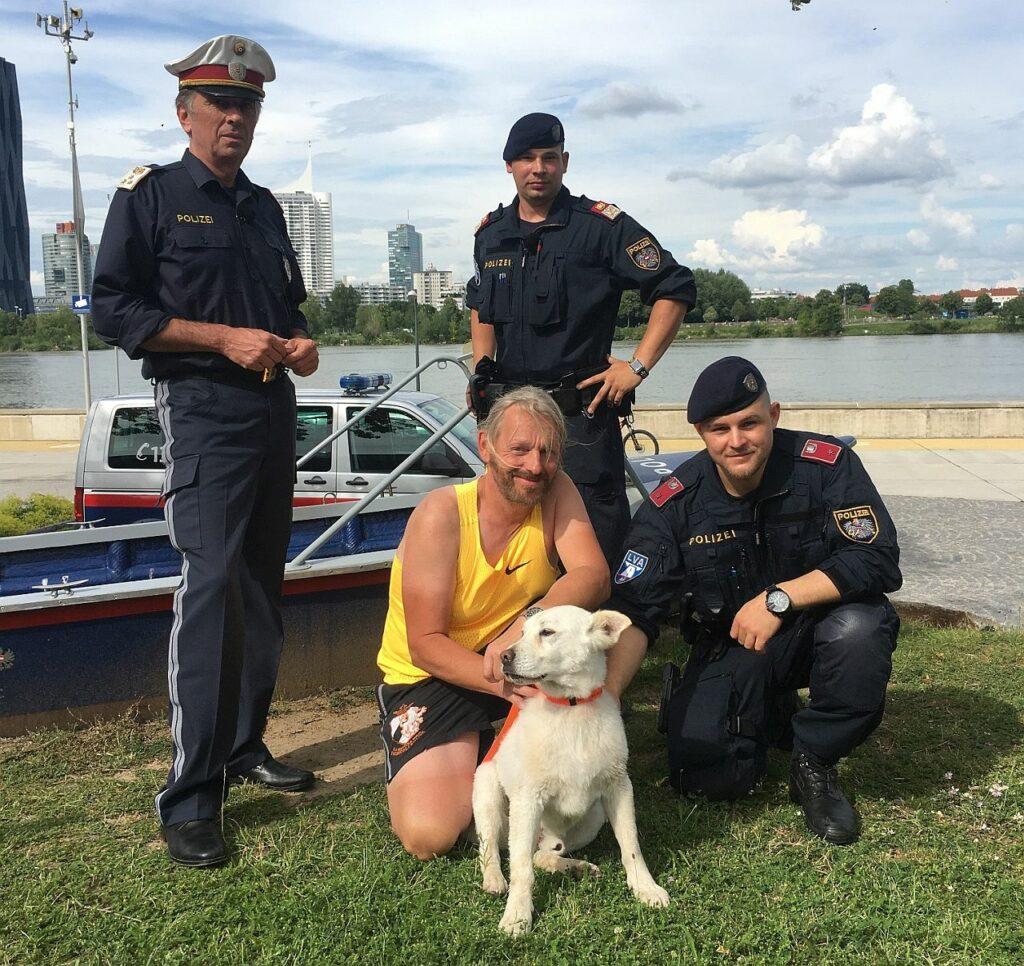Wasserpolizei rettet Hund aus Donau